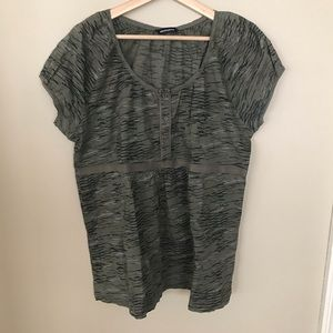 PENNINGTONS 4 Button Camo short sleeve blouse